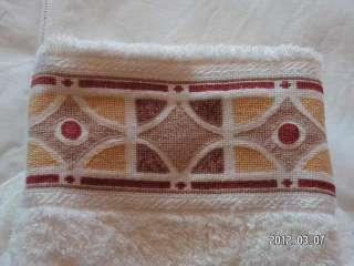 Juego de toallas bordadas a punto de cruz y puntilla a ganchillo